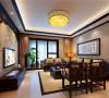 完美的运用结合了中式风格的特征:餐桌、餐椅、餐边桌、华美的吊灯、大气的中国画、漂亮的饰品。