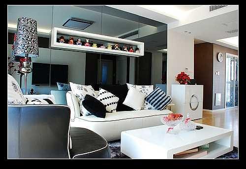沙发,房子本身不是很大,沙发后的背景墙用了灰色玻璃更显得房子的空间大