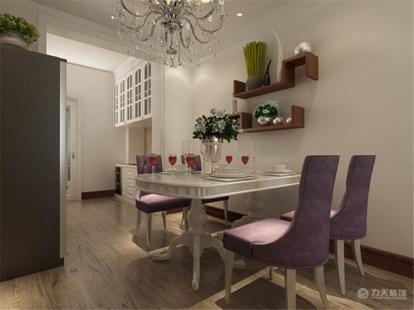 厨房我采用平顶,由于厨房太大,所以把灶台和酒柜区分出来,使空间感,我将厨具都靠墙放置,增加活动空间。厨房有独立的窗户,易于通风换气。