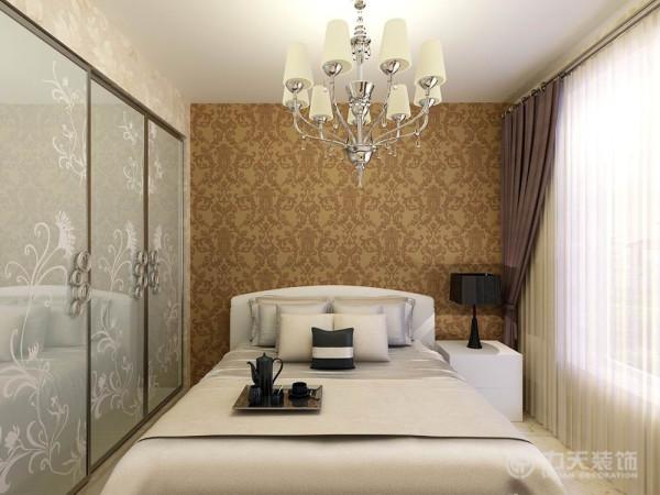 卧室色调也很明快清新,床头背景贴了土黄色的壁纸,一面墙做了整体衣柜,配合双人床,整个空间优雅舒适。