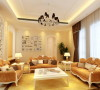 客厅经过精心布置。与餐厅之间设计了白色雕花装饰隔断,拱形的门及哑口是欧式元素的体现。