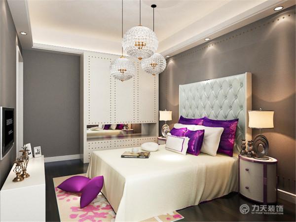 主卧是主人休息的区域,主卧的设计空间合理简洁,白色的床加上紫色的靠枕,奠定了温馨的基调,靠墙安排双人床,为卧室节约了空间,显得更加宽敞。