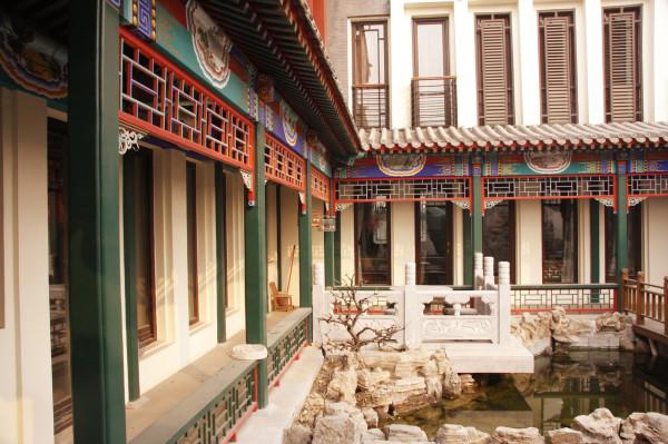 前院改建过廊,有一种江南园林的感觉吧。以古典、优雅、雍容贵气又不失创新的理念进行设计。将空间布局进行分割处理,使空间自然流畅、井然有序,并透露出高贵与奢华。