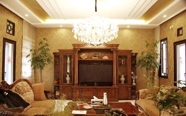 美式家具的融合让整体装修增加了亮点。重点陈列照明、工艺吊灯、漫射光源、台灯、落地灯,使空间光环境层次鲜明,配合古朴而经典的家具及雅致的摆件饰品,丰富了空间层次,显示出独特的内涵与品位。