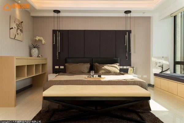 于浅粉红色的壁纸基底上,以英国进口的深色亚麻布料作为床头绷布、卧榻面料,与对称式的设计语汇,创造安定、沉稳的休憩氛围。