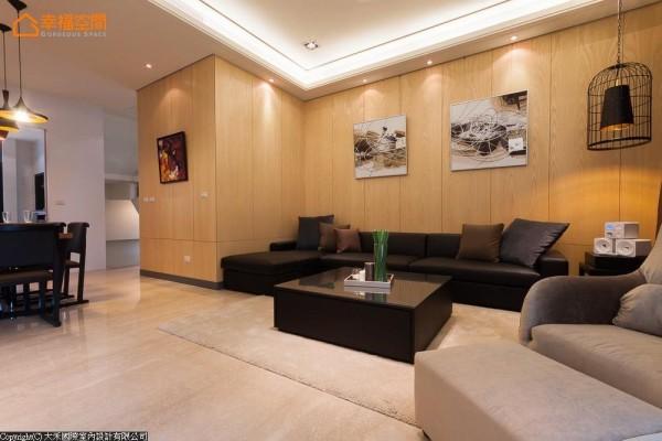 以休闲氛围的浅色木质包覆沙发背墙与电梯间,在简练的家具线条中,铺陈自然而温暖的舒适生活基底。