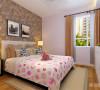 卧室整体温馨舒适,床头背景以壁纸和挂画的表现形式,配以白色的家具加上大窗充足的采光使床头增加活力。让卧室更加魅力。