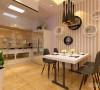 餐厅的背景通过壁纸与挡板装饰的表现形式,通过厨房门的表现。增加餐厅的品味提升。