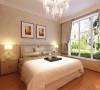 卧室依然沿用的是暖色调,整体感觉,舒适温馨,床头的两幅挂画是房间的点睛之笔。