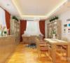 餐厅后面的背景墙运用大量的图片作为背景,整体风格生气十足。客餐厅家具的颜色和地板的颜色比较统一,书桌下面的黑白地毯为就餐区域的亮点