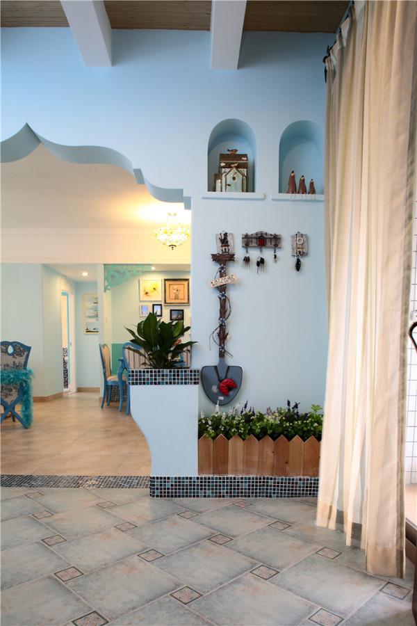在为地中海风格的家居挑选家具时,最好是用一些比较低矮的家具,这样让视线更加的开阔,同时,家具的线条以柔和为主,可能用一些圆形或是椭圆形的木制家具,与整个环境浑然一体。