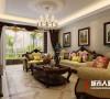 黄色调的沙发入目舒适而温馨,在整个空间中多了一些清新感,吊顶中央的圆形雕花造型为空间增加了一些奢华感。