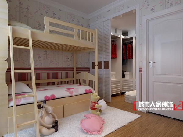 女儿房的设计很简单,白色的碎花壁纸让整个房间充满清新感,原木质地的儿童床,既环保又健康利于孩子的成长,杏色木地板让整个空间多了些自然的气息