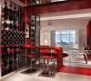休憩空间和餐饮空间通过一个钢结构的夹层来分割,阁楼上的垂幔吊顶又限定了床的范围,这是典型的现代空间设计手法。