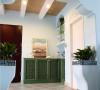 绿色的盆栽是地中海不可或缺的一大元素,一些小巧可爱的盆栽让家里显得绿意盎然,就像在户外一般,