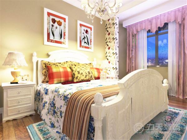 卧室地板采用了强化复合地板,有耐磨、容易清洗的特点。卧室的部分壁纸和床单用花色,凸显田园效果,卧室背景墙贴了两幅花的画,起到了画龙点睛的作用。