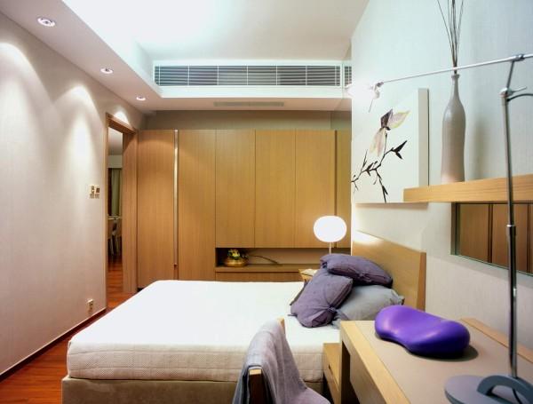 主卧室本身的空间都比较宽敞,加上在造型上简单的处理,使更加更加的大气。同时在卧室的色调上选择的颜色较为朴素,可以减少业主的疲劳,放松心情。