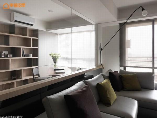 客厅与书房间以清玻璃的隔屏营造穿透感,使其成为视角延续的元素。