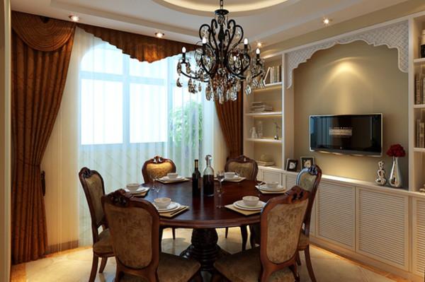 圆桌可以拉近家人彼此间的距离,在餐桌上说说笑笑。