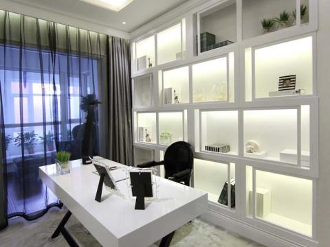 书房顶面是没有主光源的设计,靠辅灯照亮整个空间,书桌后面是一个大大的错落格局的书柜兼备储物柜,一个白色简单线条书桌,一把黑色椅子,整个富贵大气的书房出现在我们眼前