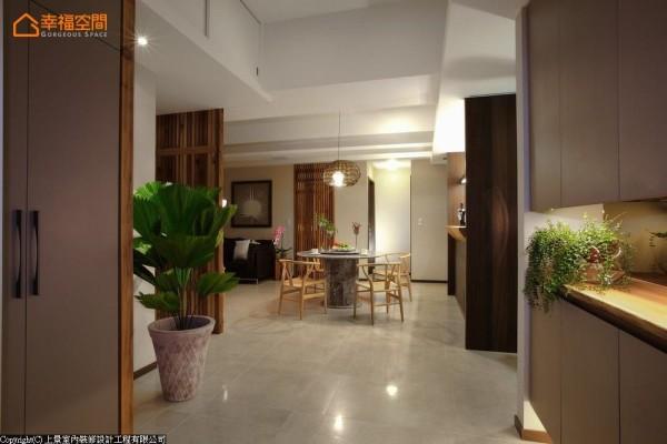 动线与视觉穿透无阻的玄关,让散发自然风情的餐厅成为一大焦点,屋主更能在推开大门后,立刻看到喜爱的原木元素。