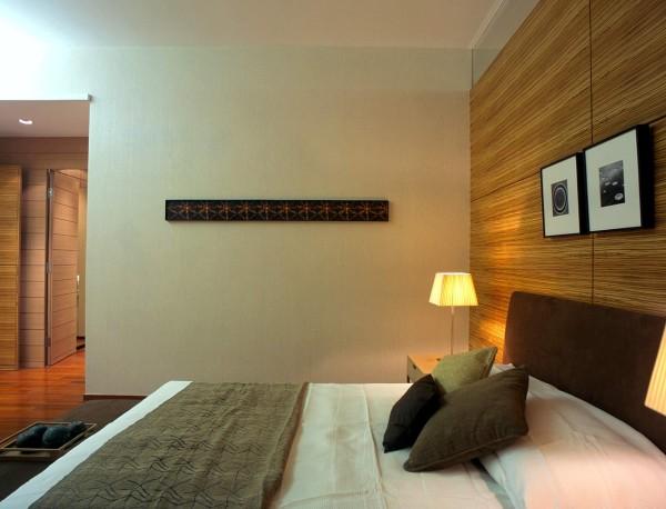 主卧室本身的空间都比较宽敞,加上在造型上简单的处理,使更加更加的大气。同时在卧室的色调上选择的颜色较为朴素,可以减少业主的疲劳,放松心情