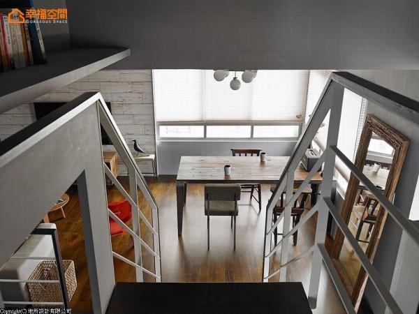 架构于梯间立面的书架,让楼梯也是阅读区。