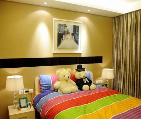 同时整体空间采用暖色调为基准,利用色漆,射灯,地板,窗帘等软装,把整体的空间都凸显的更加温馨,甜蜜,幸福。