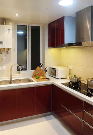 首先增加了客厅功能,满足功能布局的一部分,在一入门可以感觉到豁然一亮。然后在把厨房和餐厅的位置合理的结合到一起,增加厨房的空间,延伸到餐厅并且完美的结合到一起