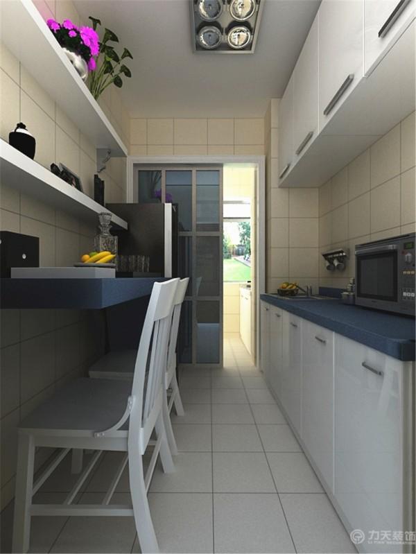 厨房,整体的瓷砖铺贴,很是干净、整洁。白色的柜子配以深蓝色柜台,地中海风格再次展现。小吧台不仅方便就餐又可以休闲娱乐,再配以堂版,很有情调。