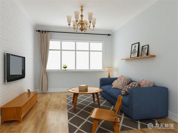 室内色彩清新明亮,整体色调统一,以家具的色彩形成空间的视觉中心。家具组合比较自由,布面沙发与木质家具结合,表现出自由舒适的态度。
