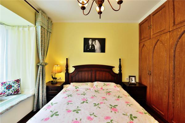 主卧床体,衣柜等均采用成品深木色美式木制品,这样看起来大方整体, 飘窗作为一小憩的地放。