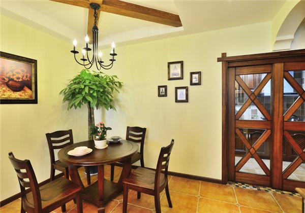 不够宽敞的餐厅没有做过多的繁琐的改动,浅黄漆墙面配以原木制假梁古典吊灯,地面采用仿古砖,给人以舒适惬意的就餐环境
