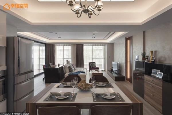 造型光源经过塑铝板折射,散落温馨柔和的用餐光氛。