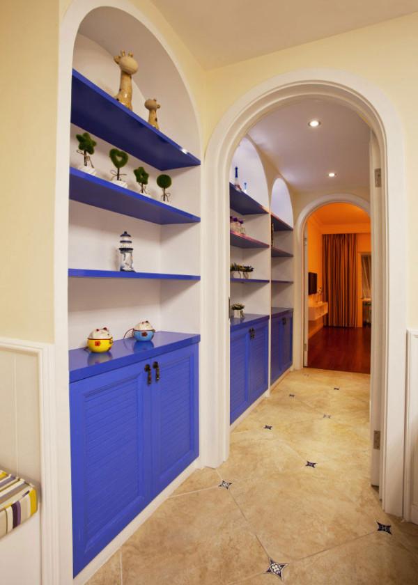 地中海风情廊道,独特拱形门头。在墙壁中开凿出储藏格子,拓展出更多的储存空间。