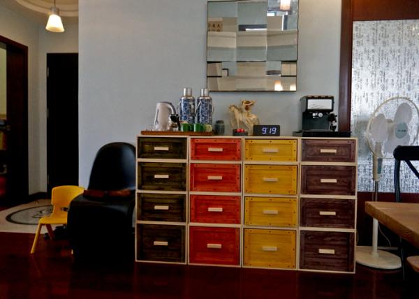 很喜欢这套彩色收纳盒,颜色清新,可以自由组合,特别适合小居室,