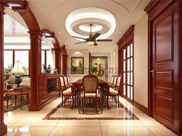 工人现场做的拱形门和酒柜很提升空间的气质,做工细腻。