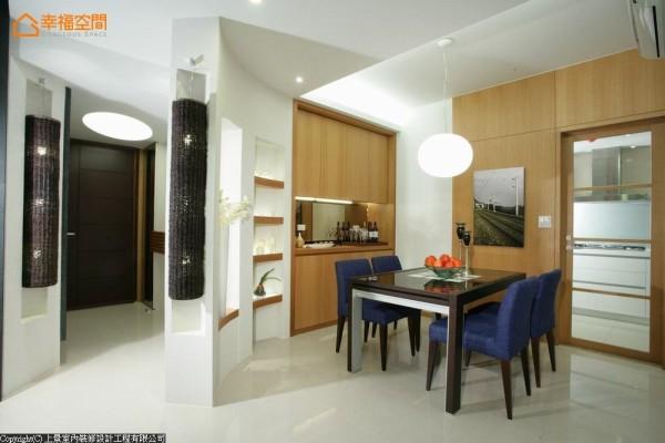 弧线一路延伸至餐具柜,衔接处以造型表示层架铺陈,功能与美感兼顾。
