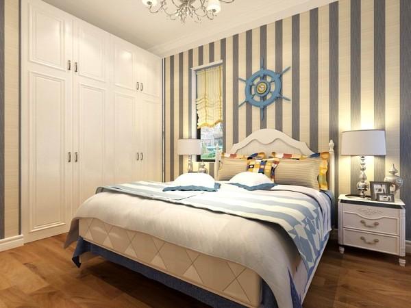 卧室铺的浅色的地板,贴的蓝白的竖条纹壁纸顶面做了石膏线的圈边,整个房间看上去干净明亮,床的后面也加上了饰品,边上加了白色的一个使房间看上去感觉更加的搭配。