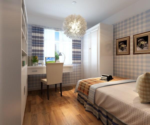 次卧是男孩房,卧室贴的是蓝色格纹图案,整洁舒适,书桌和衣柜的定制衣柜,既经济又实用。