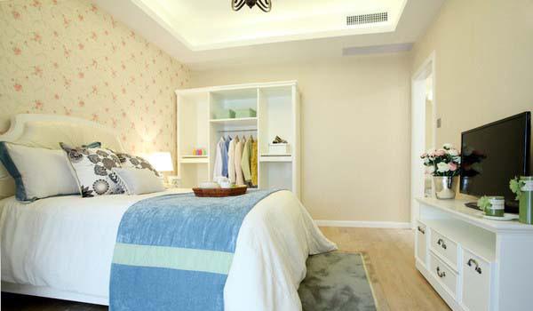 米黄色碎花墙纸和白色家具搭配自然,浪漫清新。
