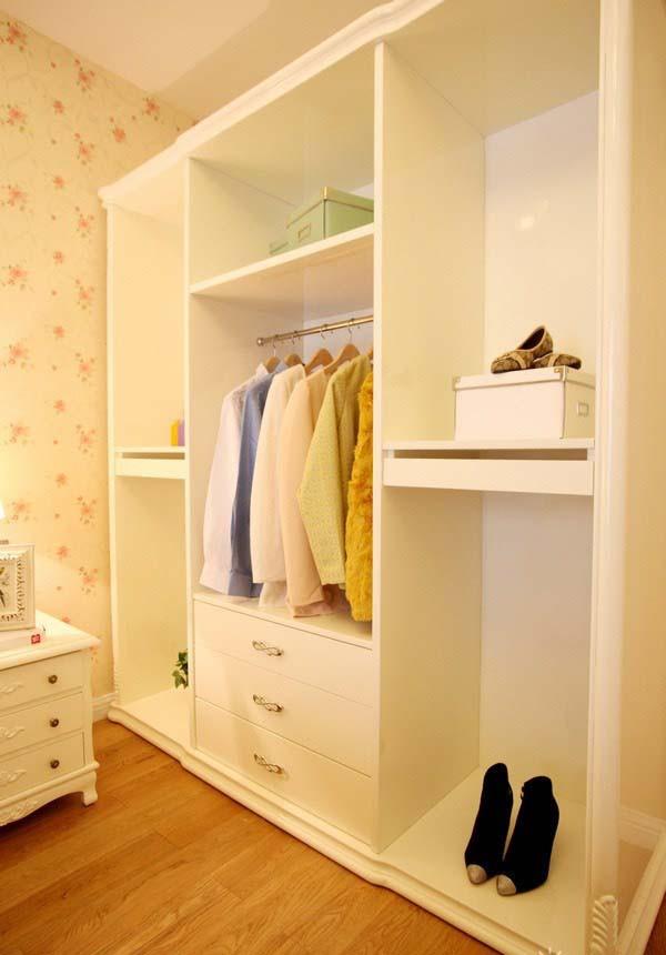靠墙放置的简约白色衣柜,既可以收纳衣物,又能展示装饰品。