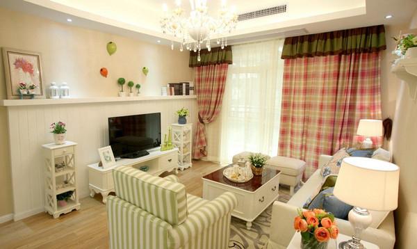 格子窗帘和条纹沙发在浅米色的空间内跳跃,与线条柔美的白色家居搭配得非常和谐,花草装饰恰到好处地点缀空间,打造清新感十足的韩式田园风范。