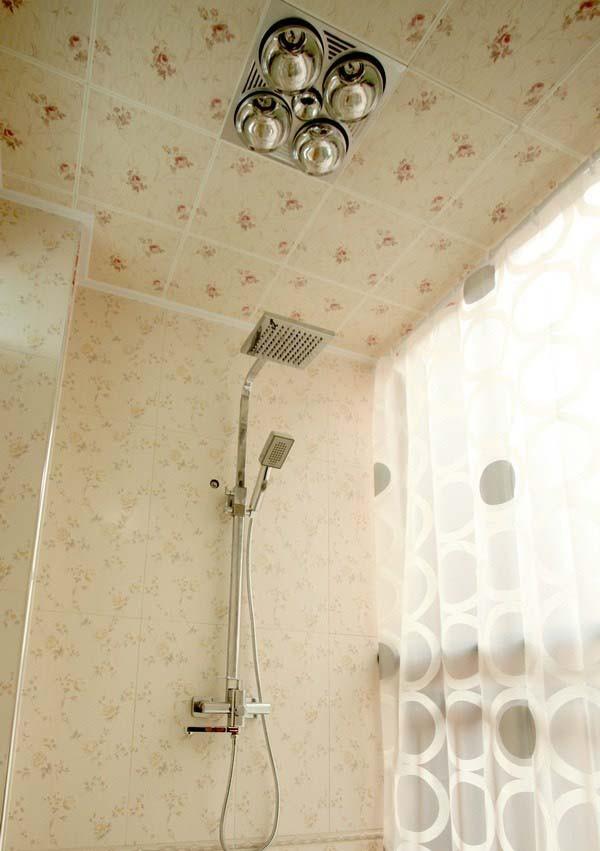 淋浴间也是碎花瓷砖装饰,进一步彰显出空间的浪漫感。