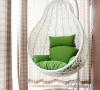 在卧室阳台的角落放置一个这样的秋千椅,闲暇时分窝在上面,浪漫又惬意。