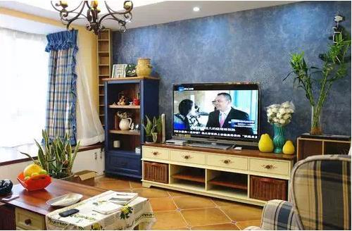 蓝色电视背景墙,电视柜下面是小小的收纳空间