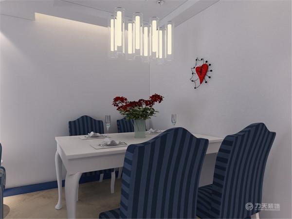 配以石膏板的吊顶的装饰,更加明确的在吊顶上区分了客厅与餐厅的空间。