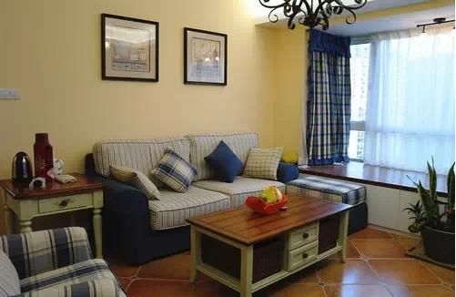 简单的米黄色背景墙,蓝色格子布艺沙发