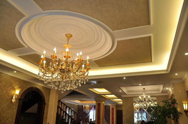在客厅,一盏璀璨晶莹的水晶吊灯再次印证了这句话。灵感源自古时人们的烛台照明方式,水晶吊灯上蜡烛形状的灯泡颇有欧洲古典风韵。考虑到悬挂水晶吊灯对空间高度的要求,天花吊顶作了拔高处理以延伸客厅层高