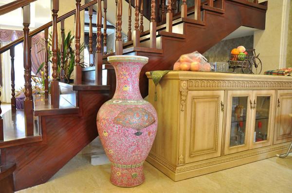 半人高的釉彩花瓶、墨绿色织锦桌旗作为中式元素的代表拥在雕花实木酒柜的身旁,虽然中西方表达美方式不同,但有了精细材质和考究做工融中贯西,异域元素也能碰撞出和谐火花。